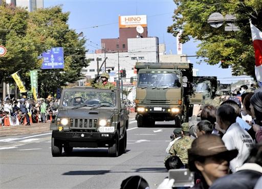 大勢の観衆の中をパレードする自衛隊車両=10月21日、福井県福井市のフェニックス通り