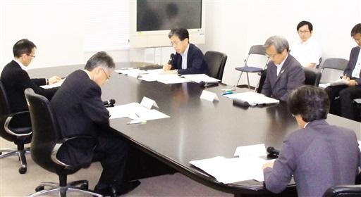 「燃料取り出しの準備状況を国が責任持って確認してほしい」と指摘する福井県の藤田穣副知事(左から3人目)=7月27日、文部科学省