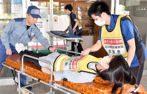 入所者の搬送訓練に取り組む関係者ら=8月25日、福井県高浜町の若狭高浜病院附属介護老人保健施設