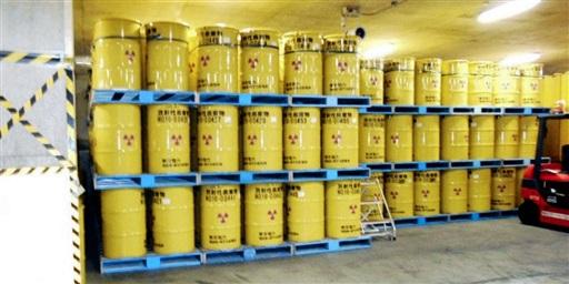 東京電力福島第1原発の敷地内で保管されている低レベル放射性廃棄物のドラム缶(東電提供)