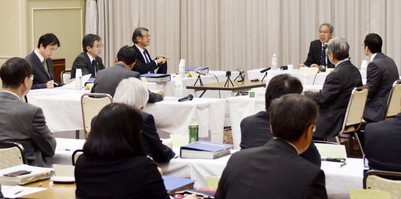 福島市で開かれた福島県の「県民健康調査」検討委の評価部会=10月29日午後