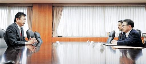 世耕弘成経産相(右端)と会談する東京電力の小早川智明社長(左)=6月15日午後、経産省