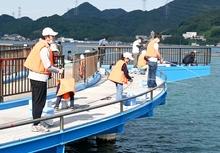 おおい町でアジ釣り大会 県内外から70人、腕前競う