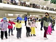 氷上で華麗 プロの滑り 村上佳菜子さん、敦賀で教室