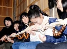 常福寺で健康祈り「数珠繰り」 菩薩像囲み1時間以上かけ100周