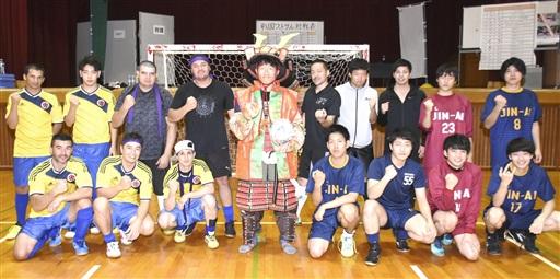 フットサルで熱戦を繰り広げた後、甲冑を着けた学生と記念撮影する日本人とブラジル人のチーム=10月13日、福井県越前市の仁愛大学
