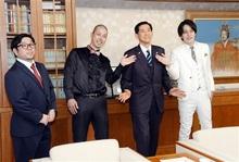 お笑いコンビ「武者武者」 動画完成、市長に報告 古里小浜を漫才でPR
