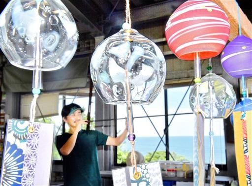 澄んだ音色を響かせるガラスの風鈴=7月10日、福井県福井市鮎川町のワタリグラススタジオ