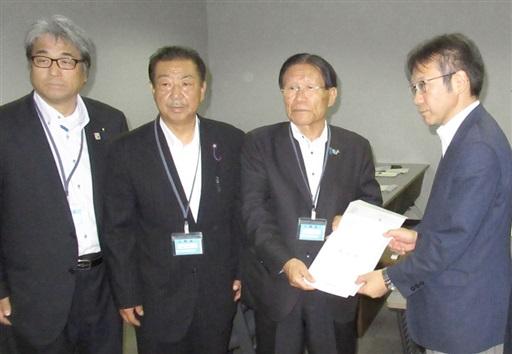原子力規制についての要請書を渡す山口美浜町長(右から2人目)=12日、東京都港区の原子力規制庁