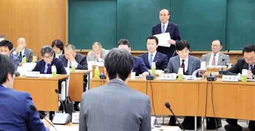 国がまとめた高速炉開発の工程表などについて質問する敦賀市議=1月21日、福井県の敦賀市役所