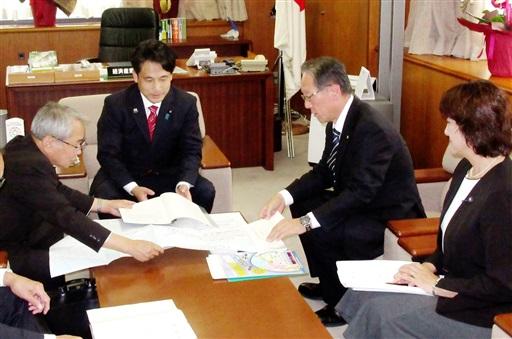 滝波経済産業政務官(左から2人目)に要望する中塚おおい町長(同3人目)ら=10月16日、経産省
