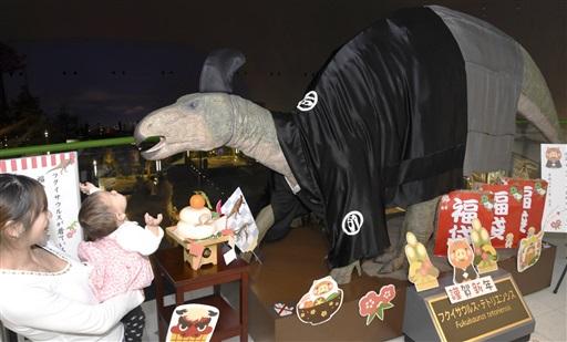 羽織袴姿で来場者を出迎えるフクイサウルスの実物大模型=1月5日、福井県勝山市の福井県立恐竜博物館