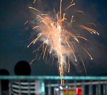 高浜町の夜空にサプライズ花火 約200発、町民に元気届け