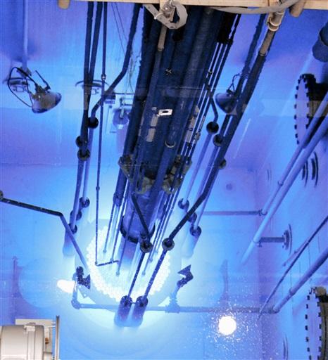 運転を再開し、青白い光がともった日本原子力研究開発機構の原子炉安全性研究炉=6月28日午後、茨城県東海村