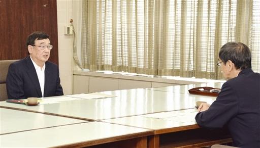 西川一誠知事(右)に燃料取り出しを8月30日に開始する方針を伝える児玉敏雄理事長=28日、福井県庁