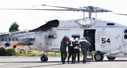 海自ヘリで避難する要支援者役の住民ら=8月25日、福井県おおい町大島