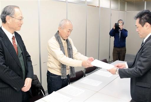 原発稼働反対の要請書を県の担当者(右)に手渡す市民団体メンバー=1月23日、福井県庁