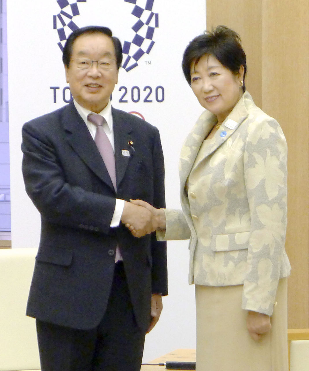 会談前に握手する渡辺復興相と東京都の小池百合子知事=11月29日午後、東京都庁
