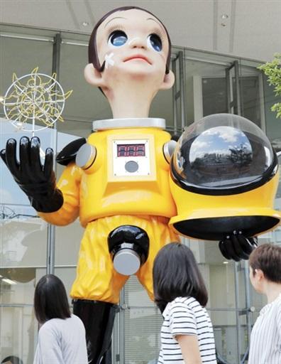 福島県福島市がJR福島駅付近に設置した子どもの立像「サン・チャイルド」=8月12日