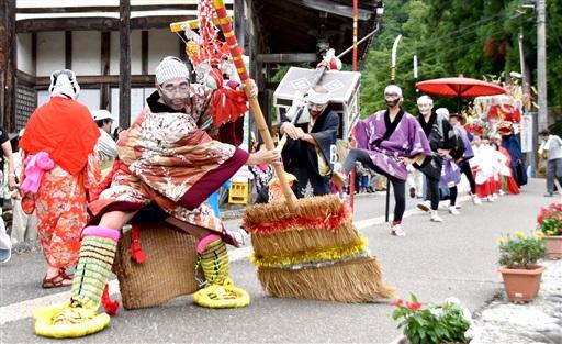 集落を仮装した区民らが練り歩いた「はやし込み行列」=8月15日、福井県勝山市北谷町谷