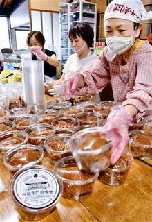 西福寺支援みそ完成、奉賛会容器詰め 敦賀・古刹修復 収益浄財に