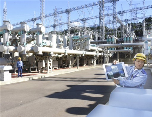 ブレーカーの役割を果たすガス絶縁開閉装置=7月31日、福井県美浜町