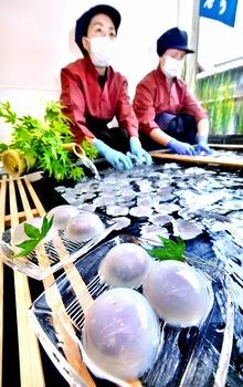 くずまんじゅう、涼を運ぶ味と風景 福井県小浜市の菓子店に並ぶ