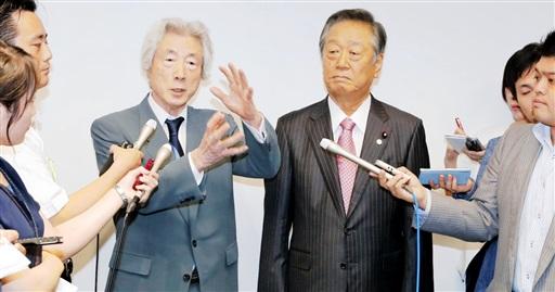 講演後、取材に応じる小泉元首相(左)と自由党の小沢共同代表=15日午後、東京都新宿区