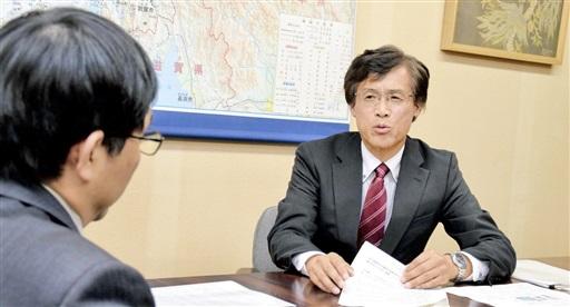 もんじゅの燃料取り出し工程の変更について、清水部長(左)に説明する明野対策監=12月3日、福井県庁