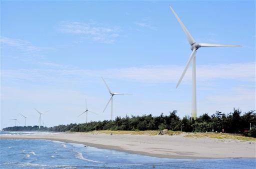 台湾海峡に面した台湾西部の風力発電施設=7月(共同)
