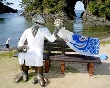 恐竜博士ベンチ、高浜で不定期出没 高浜公民館、続いて城山公園に