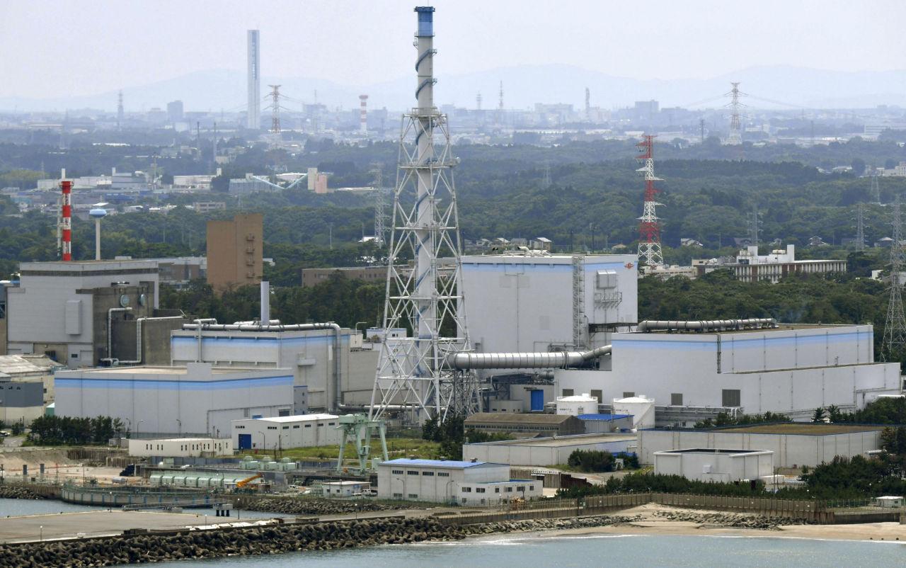 日本原子力発電の東海第2原発=7月3日、茨城県東海村(共同通信社ヘリから)