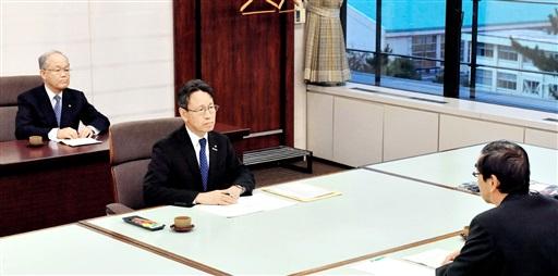 西川一誠知事(手前)に2018年中の中間貯蔵施設の計画地点明示を約束した岩根社長(中央)=2017年11月、福井県庁