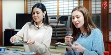 外国人目線で嶺南PR 北米出身2人が動画制作し配信 へしこ食べ、箸研ぎ 若狭湾観光連盟