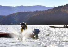 湖に冬の足音、たたき網漁始まる