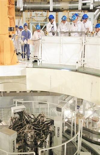炉心燃料取り出しに使う装置の動作状況を確認する規制委の安全監視チームメンバーら=6月22日、福井県敦賀市のもんじゅ