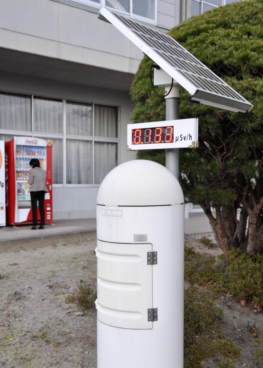 福島県国見町に設置されている放射線監視装置=11月29日午後