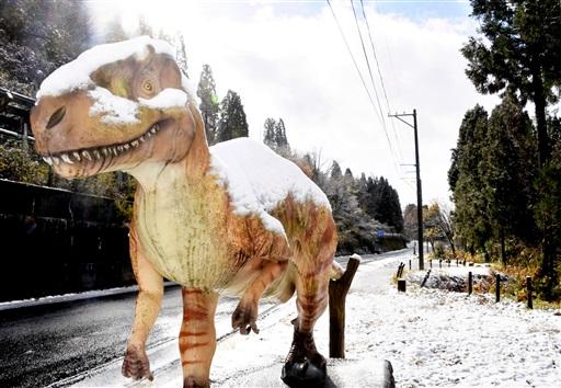 雪化粧した恐竜モニュメント=23日午前10時ごろ、福井県勝山市北谷町谷