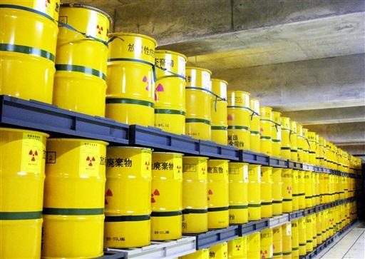 解体などで出た低レベル放射性廃棄物が山積みされている貯蔵庫=福井県敦賀市のふげん(日本原子力研究開発機構提供)
