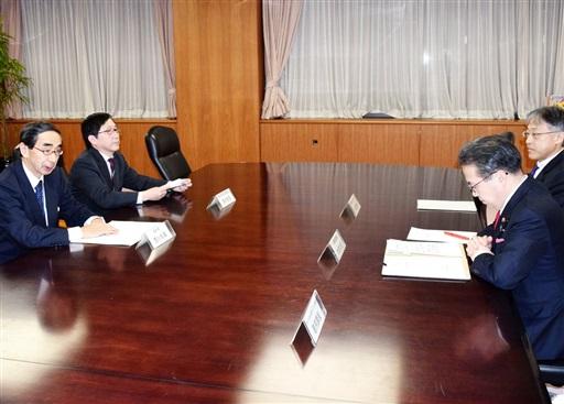 世耕経産相(右から2人目)に要請する西川一誠知事(左)=1月31日、経産省
