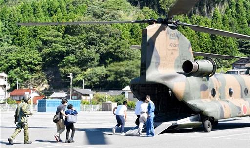 原子力総合防災訓練で大型ヘリに乗り込む住民ら=8月26日午前9時40分ごろ、福井県高浜町音海