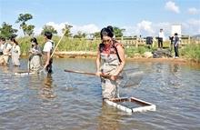 五湖の水資源保全学ぶ 海外研究員ら「シジミ漁」体験