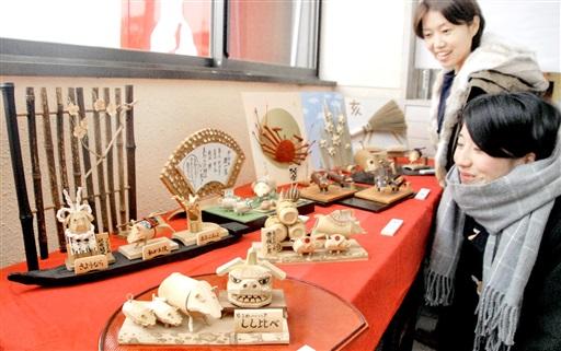 多彩なイノシシの竹細工が並ぶ展示会=12月14日、福井県あわら市のえちぜん鉄道あわら湯のまち駅