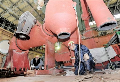廃炉作業で高圧タービン内にある設備の撤去に当たる作業員=2月25日、福井県美浜町の美浜原発1号機