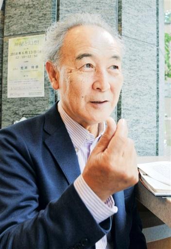 インタビューに応じる在仏映画監督の渡辺謙一さん