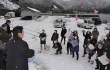 もちや菓子をまき豊漁と安全を願う 福井県小浜市で恒例「舟祝い」