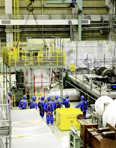 タービン建屋内でクレーンを使って行われている設備撤去作業=3月13日、福井県敦賀市の敦賀原発1号機