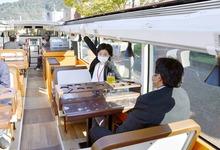 レストランバス、敦賀市で試運転 「開放的で、すごくぜいたくな作り」