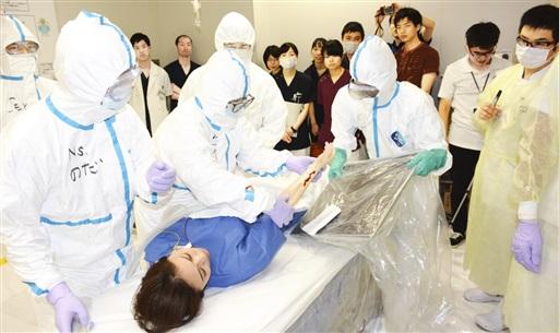 患者役の除染にあたる医師ら=9月8日、福井県福井市の県立病院