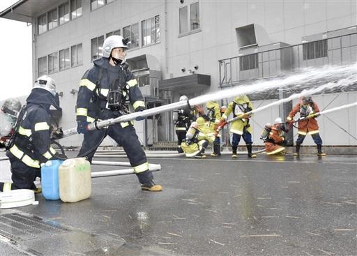 美浜原発での火災を想定して行われた消防総合訓練=12月18日、福井県美浜町丹生